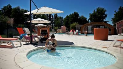 village-vacances-piscine-couverte-chauffée.jpg